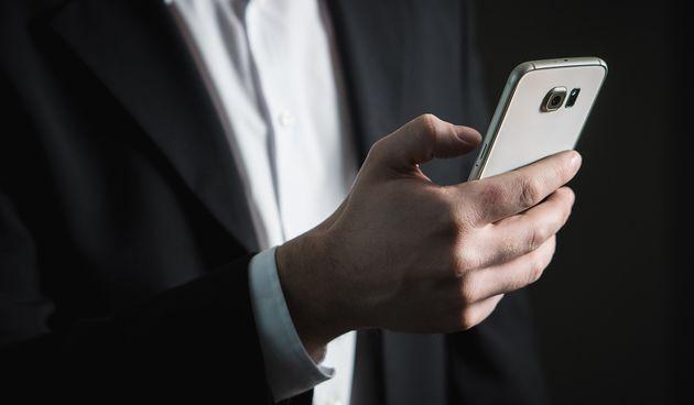 mobitel smartphone biznismen poslovnjak