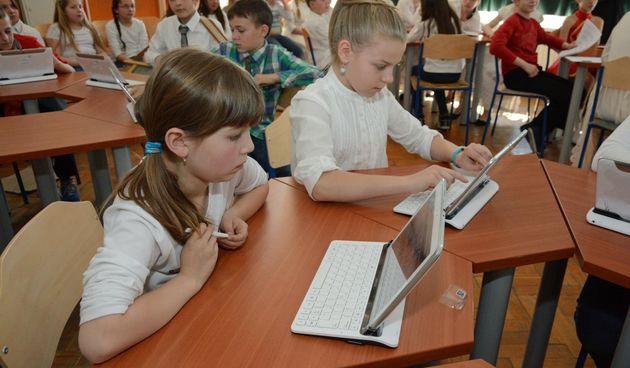 tablet tableti škola učenici učionica