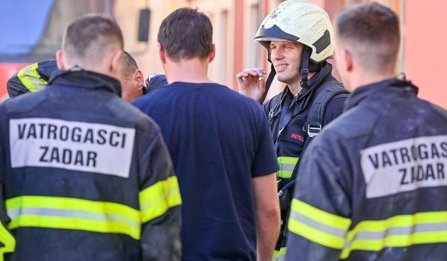 Požar na Narodnom trgu i dalje aktivan, deseci vatrogasaca ga gase