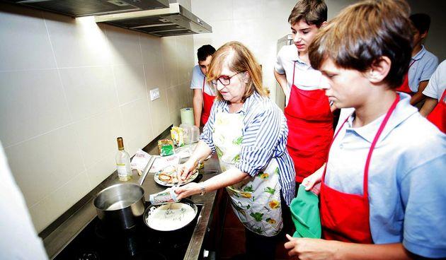 U španjolskoj školi dječake uče glačanje i kuhanje i bore se protive rodne nejednakosti