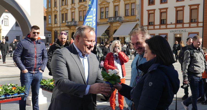 FOTO Kandidat za varaždinskog gradonačelnika Alen Runac dijelio jaglace uoči Međunarodnog dana žena