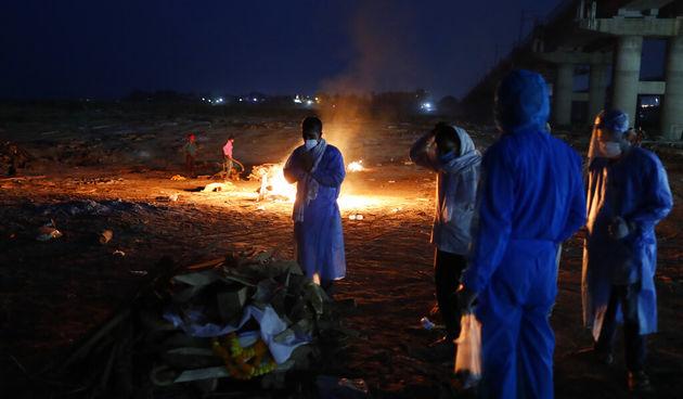 Indija, tijela umrlih na Gangesu