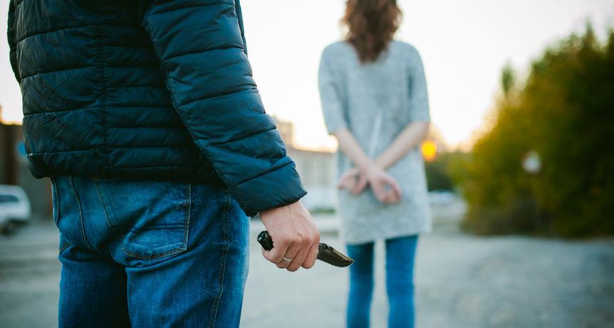 Bizaran slučaj u Frankfurtu: Muškarac ženi prislonio nož na leđa pa je natjerao da s njim hoda satima