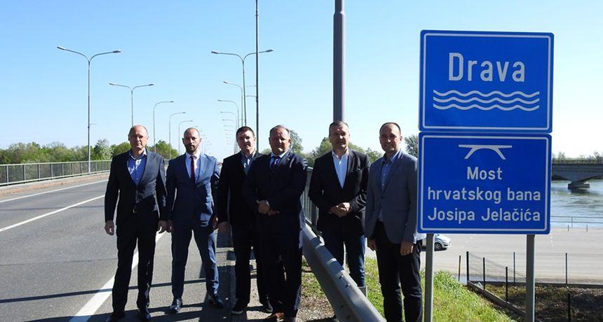 HDZ-ovi kandidati za župane Varaždinske i Međimurske županije susreli se na dravskom mostu - Stričak: 'Drava nije tu da nas dijeli, nego da nas spaja'