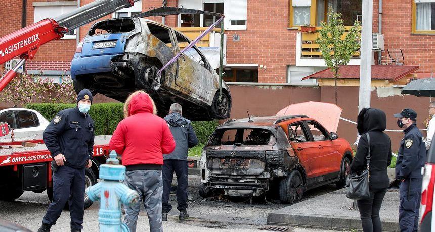 FOTO Požar na zagrebačkom Jarunu: Pod okriljem noći izgorjela tri automobila i BMW motocikl