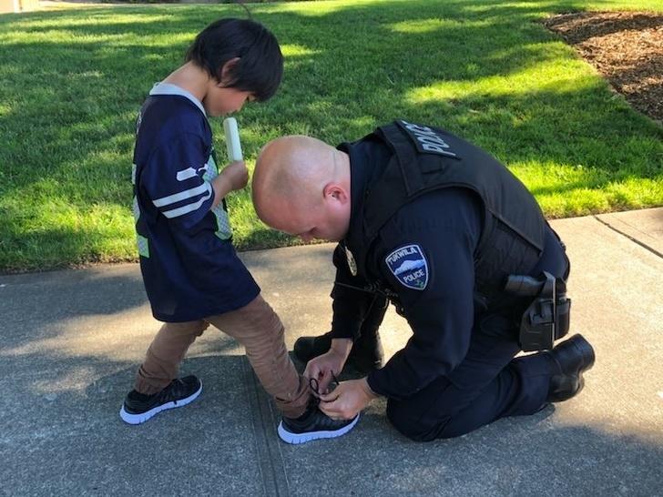 """""""Dvojica policajaca patrolirala su susjedstvom i vidjeli dječaka s posjekotinom na nozi. Pomogli su mu i poklonili mu nove tenisice"""""""