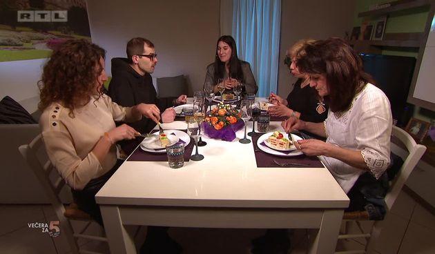 VIDEO - Cure zezaju Vida tijekom večere: 'Sreća da se vi ne drogirate jer bi me natjerali da se drogiram do kraja tjedna!' (thumbnail)