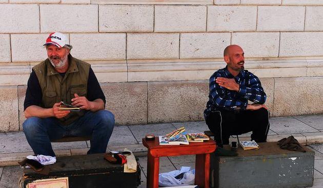 Ričard u centru grada čisti cipele i obećava da neće krasti odmah, nego tek kasnije