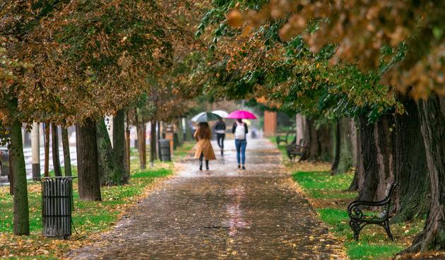 Kišni jesenji dan na osječkim ulicama