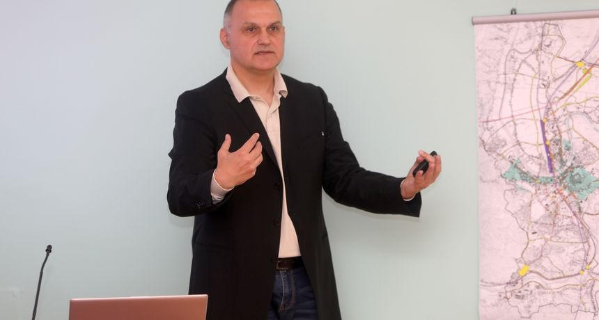 Dr. sc. Jelić zna kako povećati zadovoljstvo korisnika javnih usluga! Održao predavanje bivšim kolegama i otkrio zašto je otišao iz politike