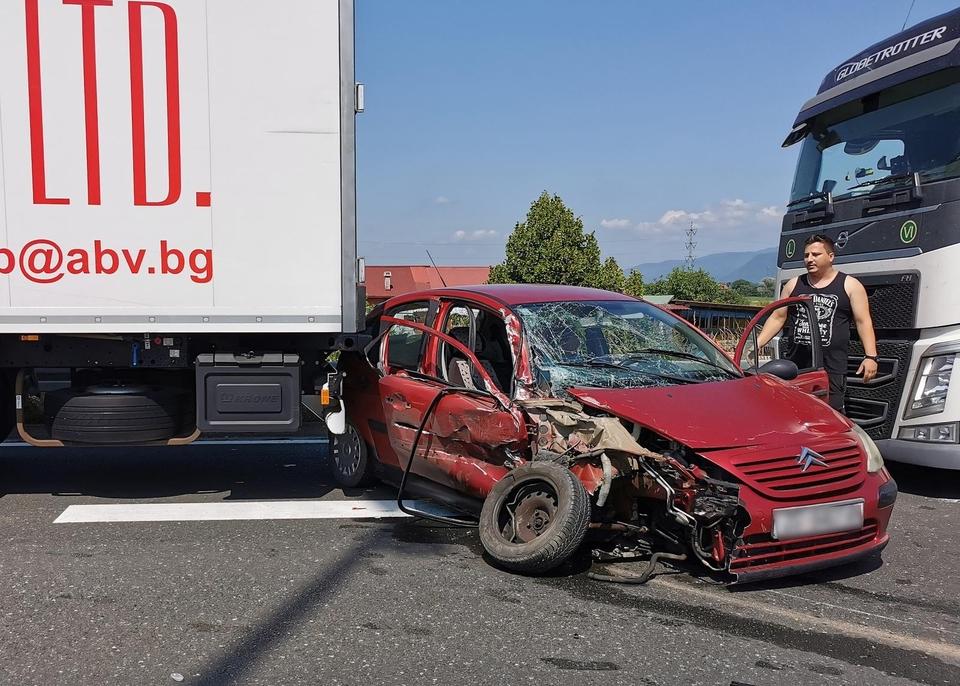 Stravična nesreća na autocesti: Osobni automobil smrskan između dva kamiona