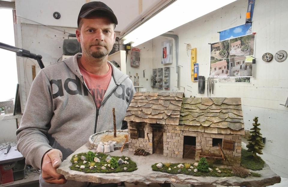 Od kamena izrađuje minijaturne kuće