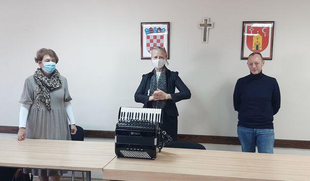 Glazbena škola u Ozlju bogatija za vrijedan instrument - ručno izrađenu harmoniku Pigini