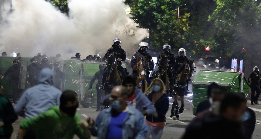 Pogledajte strašne scene nasilja u Beogradu, policija cipelarila i tukla prosvjednike, bacali su suzavac i šok bombe