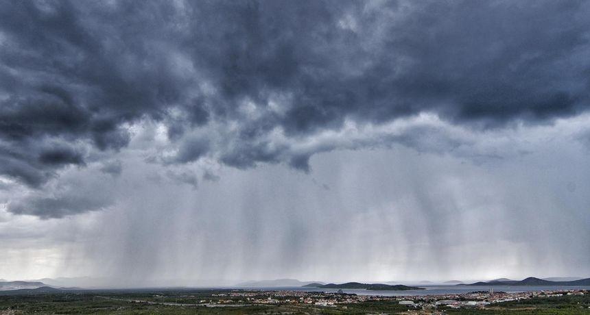 Jak vjetar s kišom zahvatio je Slavoniju. Od Iloka prema Vukovaru srušeno je nekoliko stabala uz prometnice