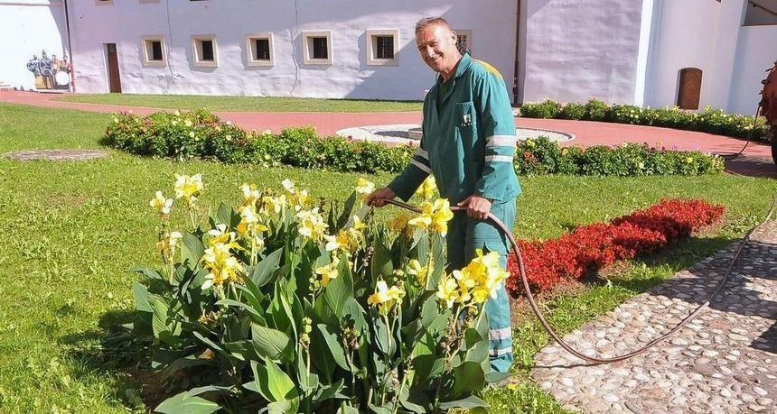VRIJEDNI ČAKOMOVI RADNICI Briga o cvjetnom šarenilu grada. Među njima je i Dragutin Ratajec