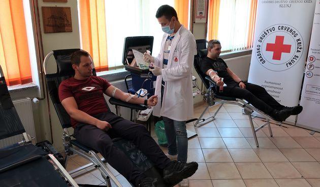 Unatoč pandemiji čak 106 Slunjana i Slunjanki  odazvalo se pozivu da daruju krv