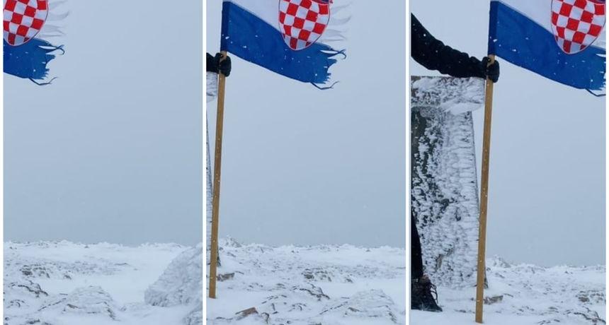 Prvi ovosezonski snijeg zabijelio i najviši vrh Hrvatske: Na Sinjalu izmjerena najniža temperatura u zemlji
