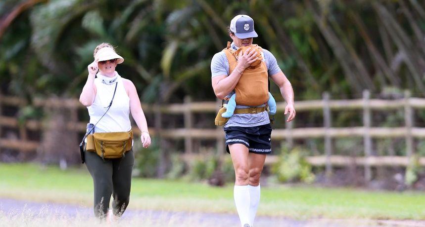 Slavni par u prvom javnom izlasku s kćeri, no pogledi bježe na njegove nikad veće i snažnije noge u hlačicama