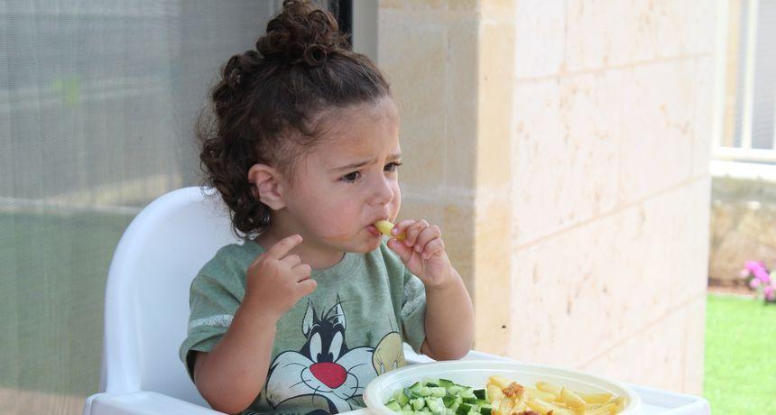 Kako zaustaviti borbe oko jela i zašto roditelji ipak popuštaju djeci