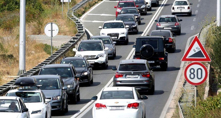 Zbog jakog vjetra na Jadranskoj magistrali promet je zabranjen za 1. skupinu vozila