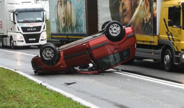 Prometna+nesreća+na+D1+u+Tušiloviću+-+osobni+automobil+završio+na+krovu+8.+listopada+2021.+(thumbnail)