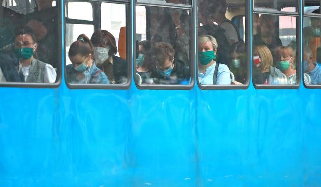 Ljudi s maskama u tamvaju, maske