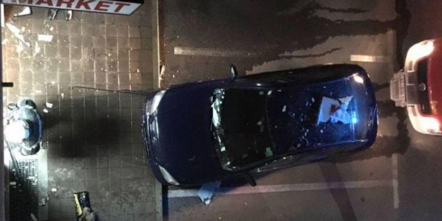 SLETIO S CESTE Mladić svojim vozilom završio u izlogu trgovine