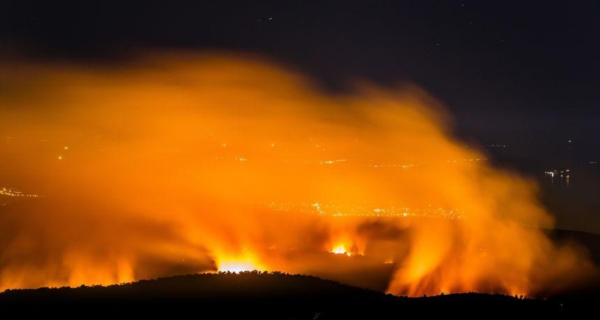 Pogledajte dramatičnu snimku: Ogroman požar kod Trogira guta sve pred sobom, stigao i do ceste