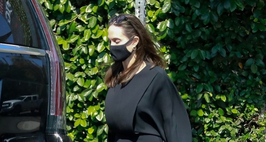 Pokrivena od glave do pete: Angelina Jolie prošetala u haljini koja podsjeća na svećenićku