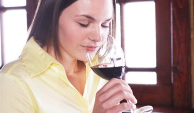 Žena pije crno vino (Tportal.hr)