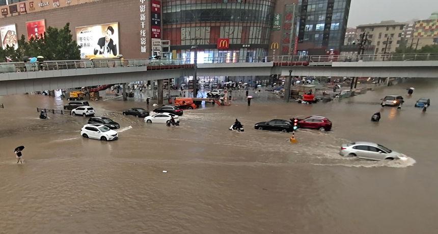 FOTO Katastrofalne poplave u Kini, poginulo 12 osoba: Rijeke se izlile iz korita, prijeti pucanje brane u gradu od 7 milijuna ljudi
