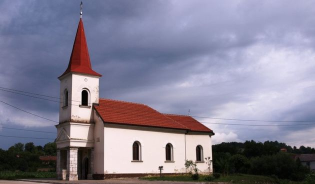 Božićni aranžman na oltaru uzrokovao požar u kapeli  u Jaškovu, gasili ga DVD Ozalj i Jaškovo, te JVP Karlovac