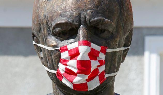 I osječki Franjo Tuđman nosi zaštitnu masku protiv korone