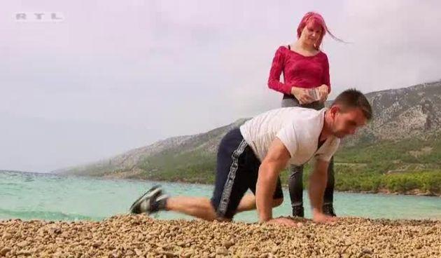 Romantičar Neven radi srce na plaži (thumbnail)