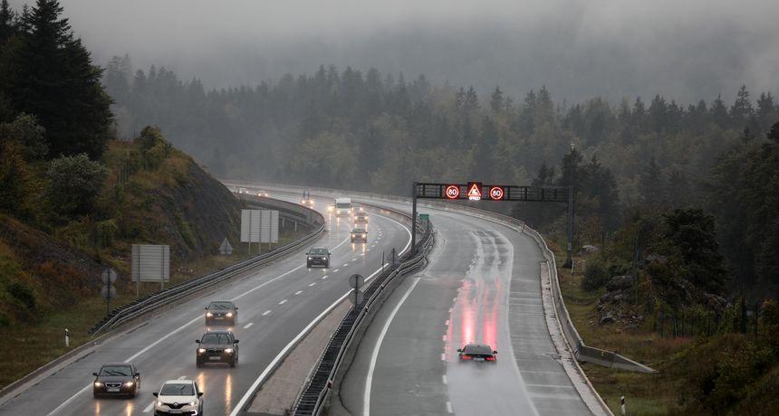 Zbog olujnog vjetara zatvarene dvije ceste i Paški most: Kolnici su mokri i skliski u većem dijelu zemlje
