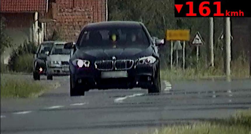 BMW-om kroz selo 161 km/h. Nije bio ni vezan