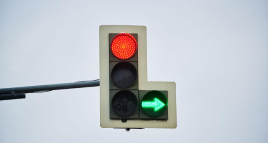 Smijete li ući u raskrižje ako su upaljeni zelena strelica i crveno svjetlo na semaforu? Evo što kaže stručnjak