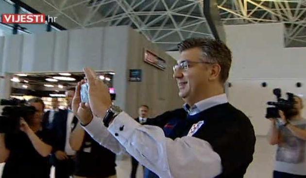 Plačemo! Zabunila se i tražila od Plenkovića da je fotka s Jandrokovićem, misleći da je on premijer (thumbnail)