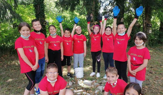 Pticoljupci iz OŠ Vojnić uredili bazen za ptičice - njih, pak, razveselile nove majice koje su dobili na poklon