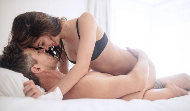 Žena gore: U ovoj pozi žena ima kontrolu nad time koliko duboko i snažno će muškarac penetrirati. Preporučljiva je i ženama koje su imale carski rez jer nema pritiska na trbuh.
