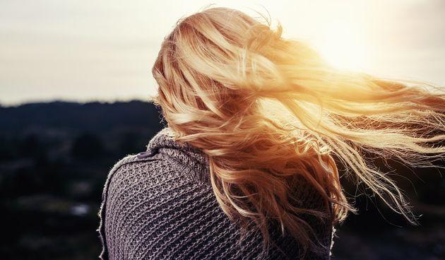 Žena plavuša kosa vjetar zima hladnoca