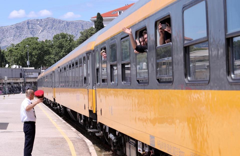 Turisti stigli vlakom u Split