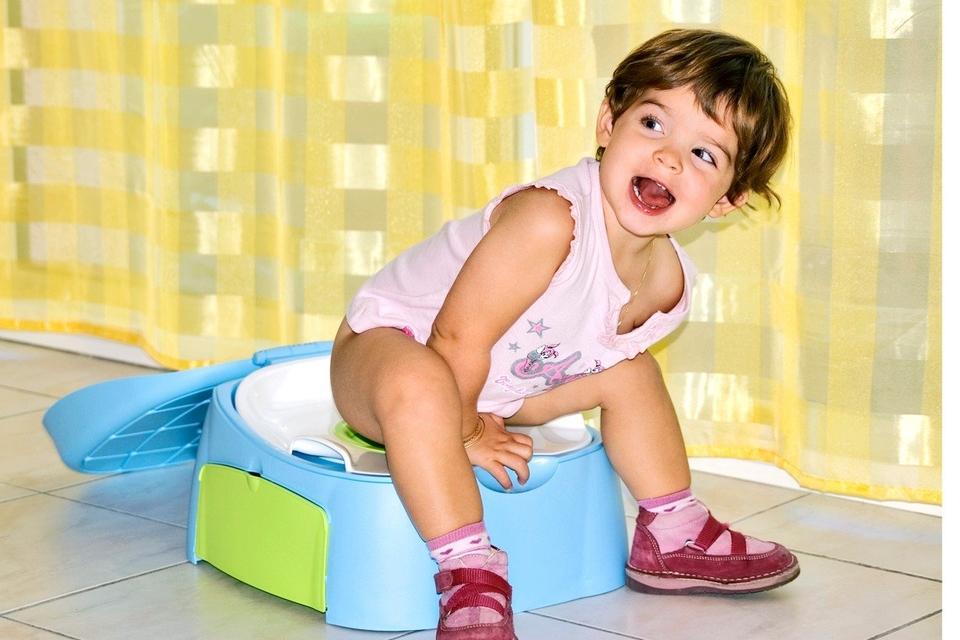 Prema Mayo klinici, u dobi od 18 do 24 mjeseca, mnoga djeca pokazuju početne znakove spremnosti za odvikavanje od pelena, poput znatiželje o kupaonici ili prepoznavanja kada su njihove pelene prljave.