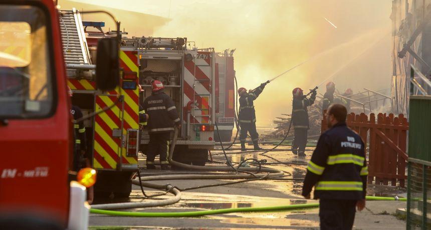 FOTO Veliki požar u Valpovu gasilo čak 50 vatrogasaca: Zapalila se tvornica za preradu drva i stolariju