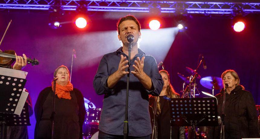 FOTO/VIDEO Antonio Tkalec na Franjevačkom trgu održao koncert 'Ovo nije vrijeme predaje'