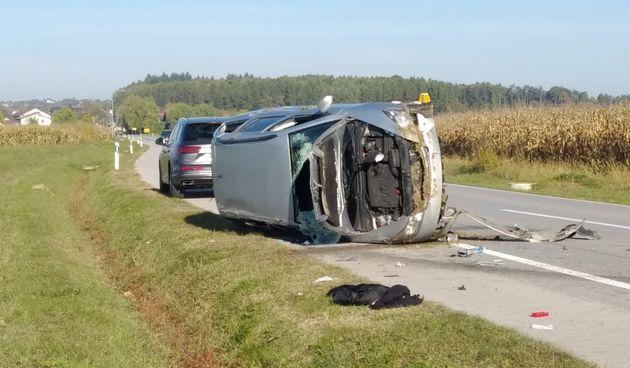 FOTO Nesreća kod Brezja: Auto sletio u jarak pa na bok, vozač i putnik u bolnici