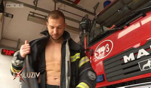 Mijo Matić pred kamerama pokazao svoje vještine: Evo kako profesionalni vatrogasac podnosi skok u ledeno more i penjanje na toranj (thumbnail)