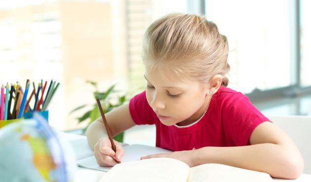 Djevojčica uči