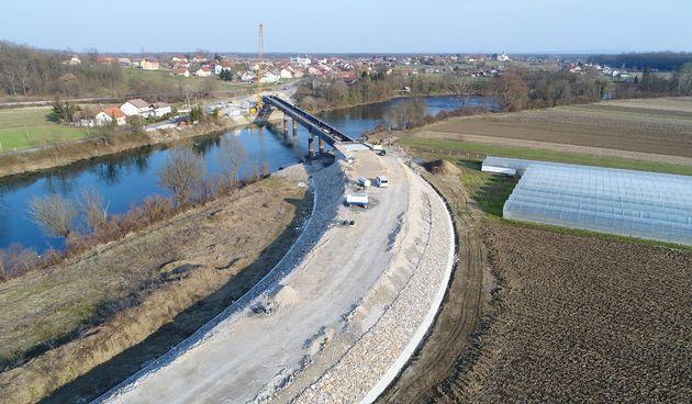 Zadnja godina radova na izgradnji mosta u Gornjem Pokupju - čelična konstrukcija kompletno navučena, slijedi priprema za izradu kolničke ploče